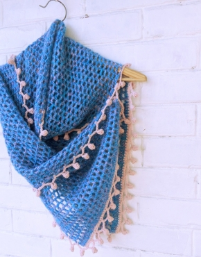 Hand knitted scarf with pink decoration - tkanye sharfy 354 290x370