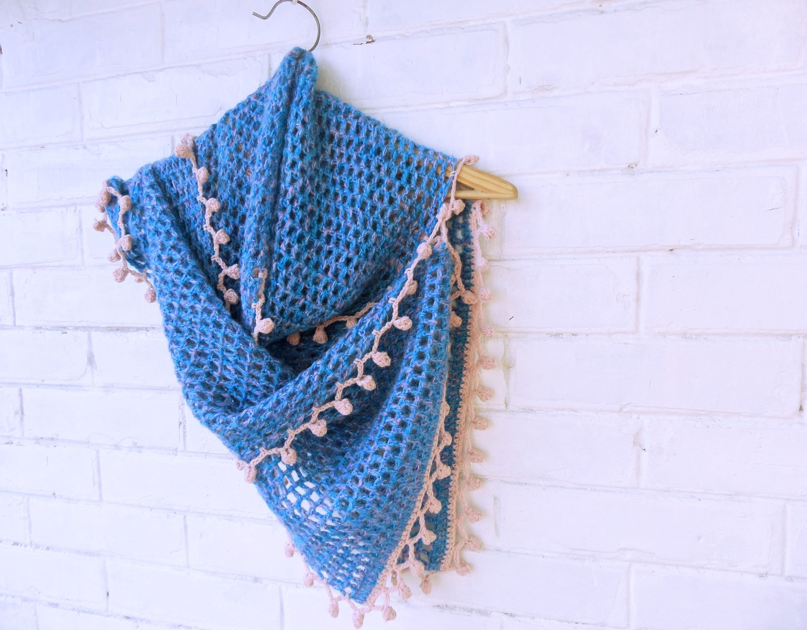 Hand knitted scarf with pink decoration - tkanye sharfy 354